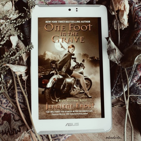 One Foot in the Grave by Jeaniene Frost Elaine Howlin Book Blog